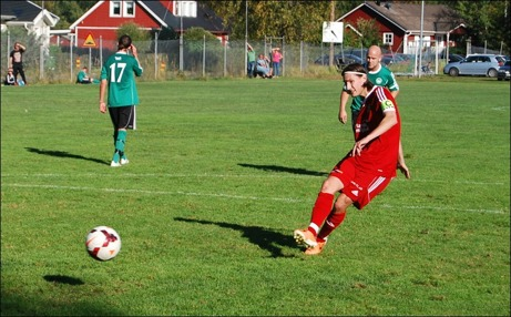 Anton Andersson Vidén bredsidar in 0-3 på straff och säkrar definitivt Alnös seger borta mot Medskogs med lite drygt 20 minuter kvar. Foto: Janne Pehrsson, Lokalfotbollen.nu.