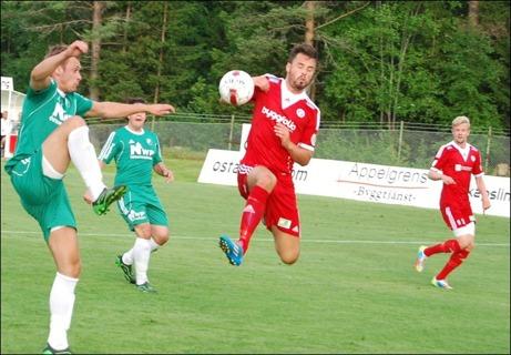 Hudiks Pelle Lööf gjorde fyra av div. II-lagets sex cupmål mot Östavall. Här tar han armen till hjälp vid 0-1. Foto: Janne Pehrsson, Lokalfotbollen.nu.