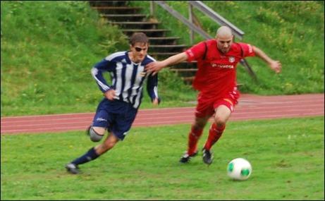 Dom gamla lagkompisarna Oskar de Vahl och Hussein Ashir hade några dueller under matchen. Oskar fick även i den andra halvleken äran att måla på sitt förra lag. Foto: Janne Pehrsson, Lokalfotbollen.nu.