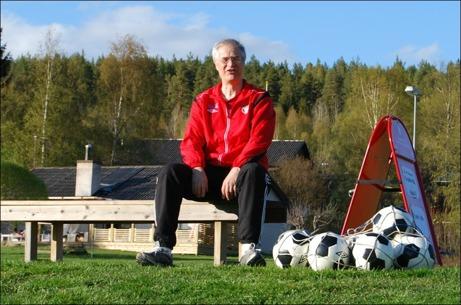 Granlo BK:s lagledare, doktor emeritus, bollkalle m.m., Jonas Wallvik. Här tar han sig an uppgiften som kassabiträde till matchen mot Alnö IF på Härevallen.