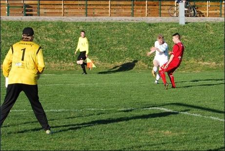 """Jimmy """"Finnen"""" Ilvonen försöker lyfta in bollen med Semir Salia täcker undan. Andreas Selin i GBK-målet kan pusta ut."""