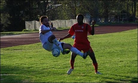 Hoppla Hamberg! Lamin Saidy sätter på och tar sedan bollen helt schyst enligt domaren, ingen frispark...