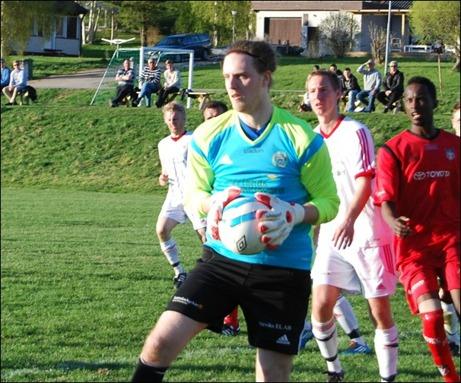 ...som nye målvaken Erik Hedenström lätt plockar ner.