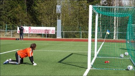 Christoffer Göransson tittar långt efter Oskar Nordlunds frispark som hittade in i nätet via muren. Foto: Janne Pehrsson, Lokalfotbollen.nu.