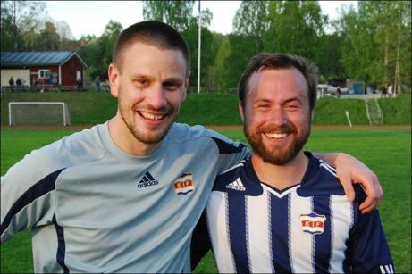 Två skäggiga matchvinnare för Kovland. Målvakten Martin Jutman svarade för ett helt knippe publikfriande räddningar medan Jens Olsson var den som från distans sköt segermålet mot Alnö. Foto: Janne Pehrsson, Lokalfotbollen.nu.
