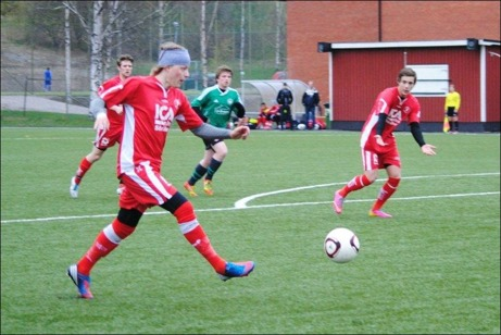 Robin Cardegren gjorde Söråkers 2-2 mål direkt efter paus i den målrika matchen mot Medskogs som slutade 4-4. Foto: Fredrik Lundgren.