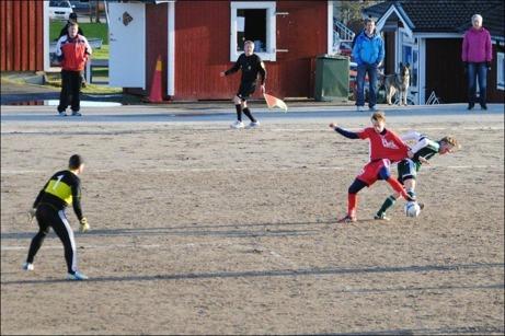 Joakim Andersson borde fått syna kortet och Emil Sjögren belönad med en straff efter den där tröjdragningen i andra halvlek. Foto: Fredrik Lundgren.