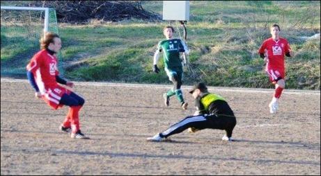 Emil Sjögren och Patrik Lundgren på språng men Luckstakeepern Martin Ålin var snabbt ut och sög ut sig bollen. Foto: Fredrik Lundgren.