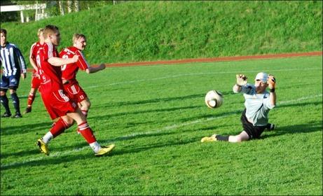 Kovlands keeper Martin Jutman var rena väggen och såg till att hemmalaget tog en sett till spelet orättvis seger mot Alnö. Men målvakten tillhör också laget. Foto: Janne Pehrsson, Lokalfotbollen.nu.