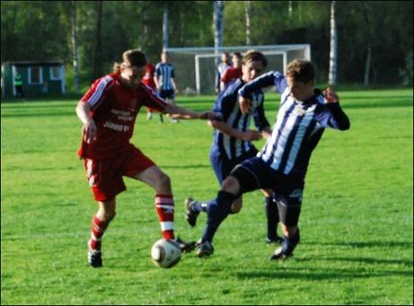 I den här situationen ville Alnö ha straff men domaren valde att fria när Anton Andersson-Widen är i duell med Joakim Wittek och sedan faller handlöst. Foto: Janne Pehrsson, Lokalfotbollen.nu.