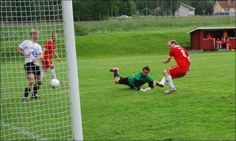 Magnus Engström stöter in 5-0 i öppet mål sedan Edvin Nilsson nickat ner bollen till honom. Söders målvakt Andreas Kotermajer är maktlös. Foto: Janne Pehrsson, Lokalfotbollen.nu.