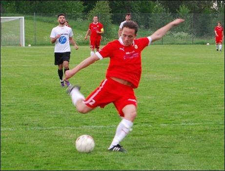 Martin Brännström drar med sträckt vrist in Sunds och matchens sista mål. Foto: Janne Pehrsson, Lokalfotbollen.nu.