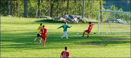 """...""""Patte"""" stör dock Hampus tillräckligt för att han inte skall på någon riktig träff utan Marcus Pettersson hinnar jobba hem och slå undan bollen med god marginal före mållinjen. Foto: Janne Pehrsson, Lokalfotbollen.nu."""