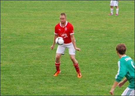 Johan Smott brukar göra mål på Essvik. Så även idag. Se bilden längre ner vid matchreferatet. Foto: Janne Pehrsson, Lokalfotbollen.nu.