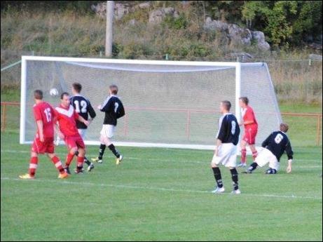 Tommi Torvela tar revansch på sig själv efter straffmissen och klämmer in 2-1 mot Svartvik. Foto: Fredrik Lundgren