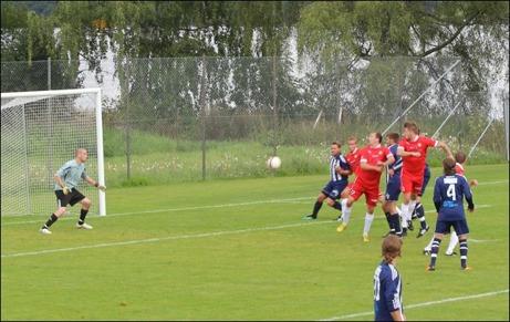 Mikael Ankarmark går till väders på Dennis Bergströms frisparkslyfning och nickar in 1-0 till höger om Kovlands keeper Martin Jutman. Foto: Mats Engström.