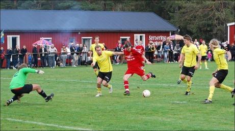 Anton Andersson-Widén motläggsfintade sig igenom Sunds försvar innan han placerade 1-0-bollen till vänster om Patrik Jonsson med vänstern. Foto: Janne Pehrsson, Lokalfotbollen.nu.