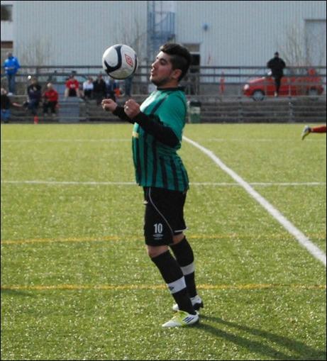 """Kolla in en fyramålsskytt! Premiäromgångens stora profil, Claudio Moraga, poserar med bollen. Fyra mål och tva assistst när Sidsjö-Böle vann mot Selånger 2 med 7-0 var inget dåligt dagsverke och utmärkelsen """"Omgångens Stjärna"""" hos Lokalfotbollen kändes given."""
