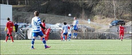 Upp å nicka, sockerdricka. Torpshammars mittback Olle Eriksson visar spänst och stil. Foto: Lokalfotbollen.nu