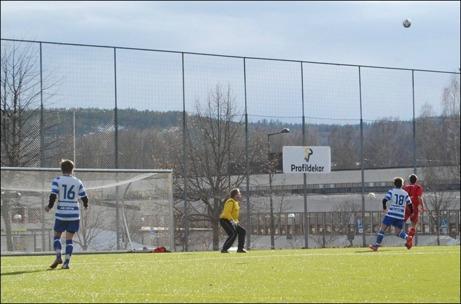 Granloförsvaret med målvakten Janne Pehrsson och Johan Pettersson håller undan för Torpduon Rasmus Söderman (# 18) och Erik Strand (# 16). Foto: Lokalfotbollen.nu.