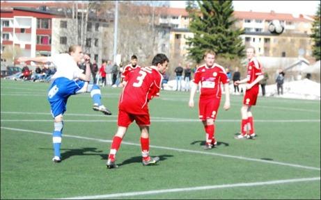 IFK:s Fredrik Lundqvist provar skottlyckan medan Sunds Farman Vali Shah Murad Saifouri ryggar tillbaka. Foto: Janne Pehrsson, Lokalfotbollen.nu.
