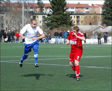 IFK-tränaren Fredrik Lundqvist på språng igen. Nu med skallen. Foto: Janne Pehrsson, Lokalfotbollen.nu.