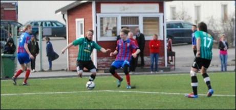 Tomas Larsson är mitt uppe i sin dribblingsraid som var upprinnelsen till 3-0-målet. Nr 5 (t v) har precis blivit tunnlad...