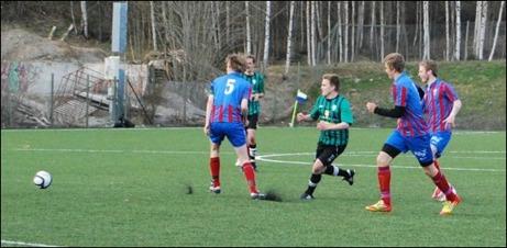 Josef Rahmqvist är inte bara duktig i innebandy. Han klarar sig bra även utan  plastklubba och kan hantera stora bollar också.