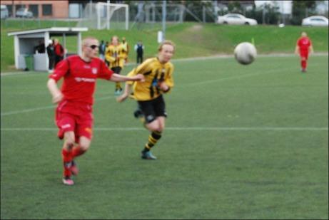 """På denna något suddiga bild stänker Oskar """"Piraten"""" de Wahl stenhårt in 2-1 till Granlo precis under ribban. Foto: Janne Pehrsson, Lokalfotbollen.nu."""