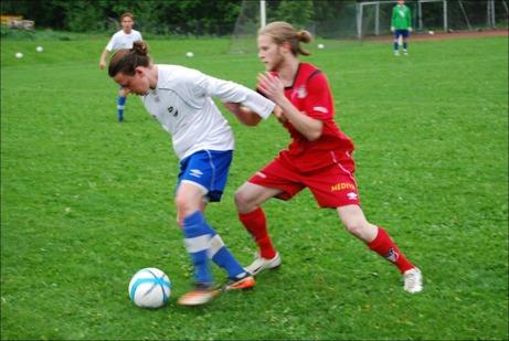 Hårknutarnas kamp! IFK 3:s Kalle Normelli och Granlos Christofer Lust krigar om bollen. Den här duellen vann Kalle men Christofer vann matchen med 5-1. Foto: Janne Pehrsson, Lokalfotbollen.nu.