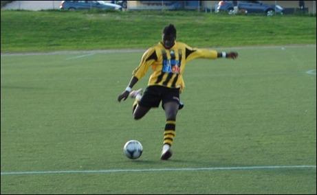 Buba Jammeh Marika laddar och matchens sista mål är strax ett faktum. Foto: Janne Pehrsson, Lokalfotbollen.nu.