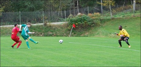 Det började bra för Ljustorp mot Granlo. Redan efter fem minuters spel utnyttjade Robin Nordin ett misstag från GBK-mittbacken Edin Muratovic och krutade in 1-0 förbi en chanslös Peter Allen. Foto: Janne Pehrsson, Lokalfotbollen.nu.
