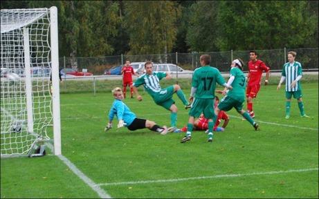 Edin Muratovic tog en snabb revansch när han mitt i gröten av grönvia Ljustorps-spelare liggande köttade in 1-1 efter en tilltrasslad situation. Granlo kunde sedan vinna med hela 1-6 efter fyra mål på en kvart i mitten av den andra halvleken. Foto: Janne Pehrsson, Lokalfotbollen.nu.