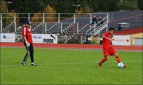 Ferdi Ismaili rundar målvakten William Eliasson och rullar in 1-0 och sitt första av dagens fem mål.