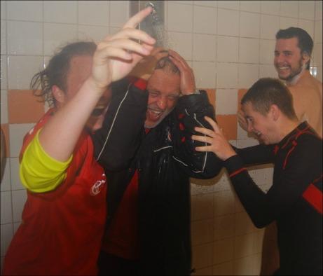 ...och den andra åkte in i duschen efter matchen.