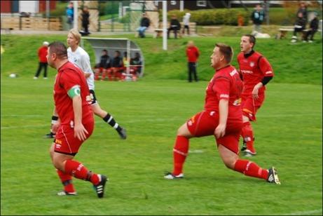 Granlos försvar var lika svårforcerat som Fort Knox. Här är det Alen Zulovic, Dennis Hägg och Johan Pettersson som stänger igen. Foto: Janne Pehrsson, Lokalfotbollen.nu.