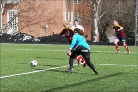 Sandra Sandberg är precis på gång att dribbla av Assikeepern innan hon lägger in 1-0 för Selånger (se bilden längre upp på sidan). Foto: Janne Pehrsson, Lokalfotbollen.nu.