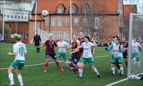 Selånger hade några farliga hörnor under matchen. Domaren Mattias Uppling håller koll på läget i bakgrunden. Foto: Janne Pehrsson, Lokalfotbollen.nu