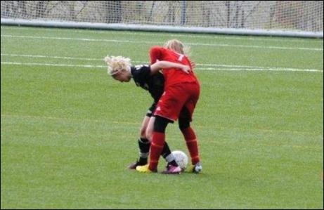 Tuffa tag även i damfotboll. Pernilla Lundgren brottas med en Piteå Södra-spelare. Foto: Fredrik Lundgren, Pernillas pappa...
