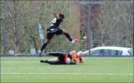 Alnös målvakt Emma Häggberg var duktig och här är hon ute och avvärjer djärvt en djupledsboll framför fötterna på en anstormande Emma Tall. Foto: Fredrik Lundgren.