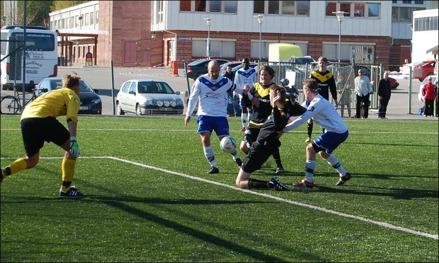 Jonas Wallerstedt prickade in två mål i IFK Timrås premiär hemma mot Brunflo. Här stöter han in slutresultatet 3-0. Foto: Janne Pehrsson, Lokalfotbollen.nu.