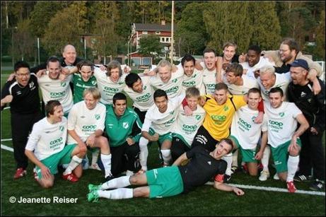 Glada Ångegrabbar poserar på Jeanette Reisers foto sedan man tagit hem Medelpads-fyran för första gången.