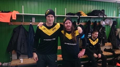 Oskar Nordlund satte nätet i dallring hela sju gånger när Ljunga vann grupp 1. Stefan Gustafsson var också duktig i turnering och ville gärna visa upp sin fina frisyr. Foto: Jan-Eric Berglund.
