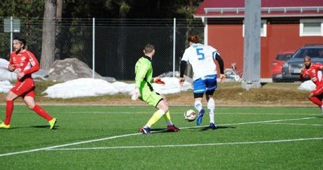 """IFK Timrås Stefan Grönlund rundar Anundsjös målvakt Leo Groza men lyckades inte rulla in bollen till 3-2 med """"fel fot"""". Foto:: Fredrik Lundgren, Lokalfotbollen.nu."""