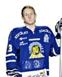 Calle Lundberg kan även göra mål utan klubba.