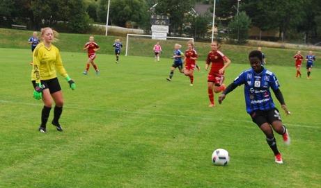 Portia Boakye rundar Alnökeepern Emma Häggberg och rullar in 0-2 i minut 16. Därefter höll hemmatjejerna tätt till knappa timmen spelad mot laget från Elitettan. Foto: Lokalfotbollen.nu (se fler bilder längre ner på sidan).