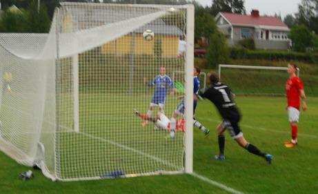 Hampus Olsson lyfter in Svartviks 1-1-mål på en retur efter det att Matfors målvakt Jonas Dunberg räddat momentet innan- Foto: Lokalfotbollen.nu.