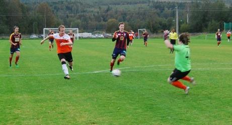 Ljustorp vann med 6-0 men den här duellen tog Selångers målvakt Anton Sjödin hem mot Markus Lundström. Foto: Lokalfotbollen.nu.