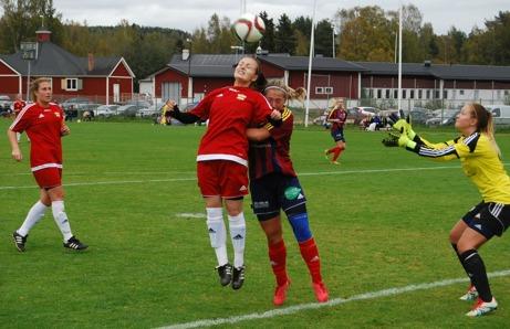 Över 150 åskådare fick se en bra och frän seriefinal mellan Selånger och Kovland. Att det var dom två överlägset bästa lagen som möttes var odiskutabelt och det här derbyt togs hem av rödklädda Kovland. Foto: Lokalfotbollen.nu.