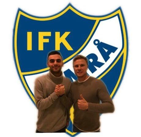 IFK Timrås tränare Pontus Melander hälsar prima nyförvärvet Granit Buzuku välkommen till den hårt satsande division 2-klubben. Foto: IFK Timrå.